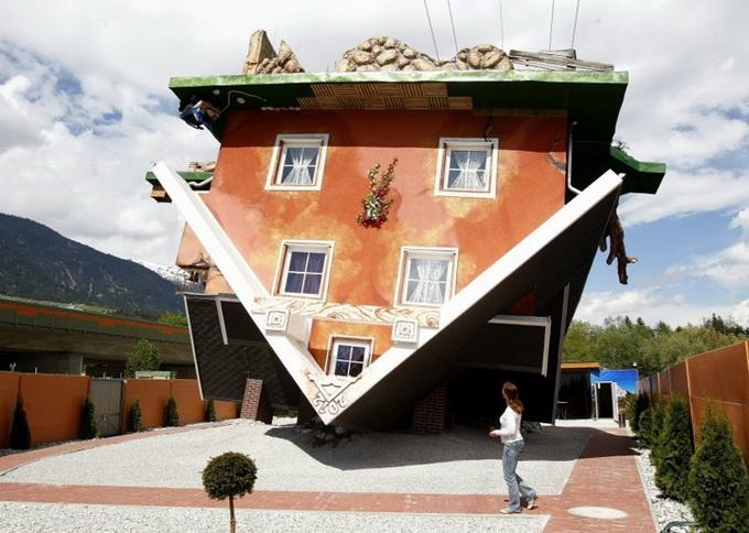 Дом, вверх дном